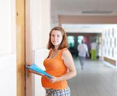 Mujer embarazada llega al doctor — Foto de Stock