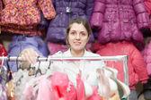 母は小さな子供のための服を買う — ストック写真