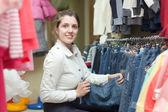 Kvinnliga köpare väljer jeans — Stockfoto