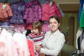 母を持つ女の子が店で摩耗を選択します。 — ストック写真