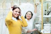 Kvinna hjälper bruden att välja brudkläder diadem — Stockfoto