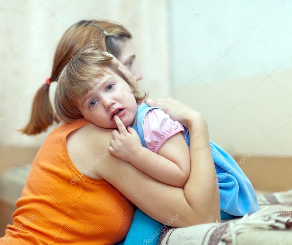女人抚慰啼哭的孩子