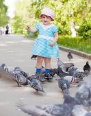 Menina de dois anos alimentando pombos — Foto Stock