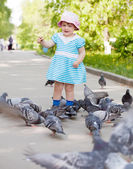 Niña de dos años alimentando palomas — Foto de Stock