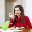 Woman eats chicken with rice and vegetables — Stock Photo