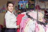 Donna sceglie abiti in negozio — Foto Stock