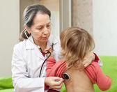 Mature pediatrician doctor examining child — Stock Photo