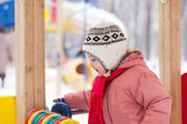 2 anos bebê joga no inverno — Foto Stock