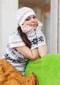 девушка расслабляющий дома зимой — Стоковое фото
