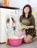 Mujer poner ropa en la lavadora — Foto de Stock