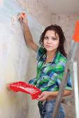 Женщина краски стены дома — Стоковое фото