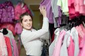 Donna al negozio di abbigliamento — Foto Stock