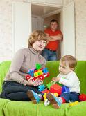 Anne ve bebek oyuncaklarla oynuyor — Stok fotoğraf