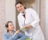 Friendly doctor talks with joyful woman — Stock Photo