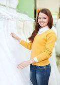 女性の店で白いドレスを選択します。 — ストック写真