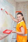 ローラと画家塗料壁 — ストック写真
