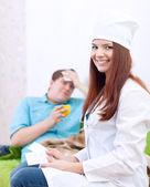 Medico dà al paziente il farmaco — Foto Stock