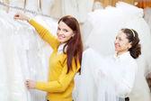 女性コンサルタント花嫁の店では、役立ちます — ストック写真
