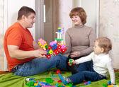 Anne ve çocuk meccano ile çalış — Stok fotoğraf
