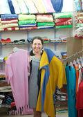 женщина выбирает одежду в магазине — Стоковое фото