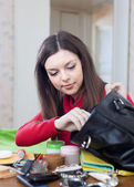 Woman can not finding anything in her purse — Stock Photo