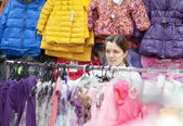 Mother chooses clothes for child — Stok fotoğraf