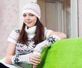 Chica en sombrero hecho punto relajante en casa — Foto de Stock