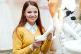 Braut wählt Schuhe Hochzeit Salon — Stockfoto