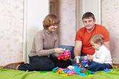 Familie spielt mit spielzeug — Stockfoto