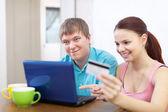 Couple d'achat en ligne avec ordinateur portable — Photo