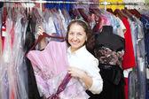 女性衣料品店でガウンを選択します。 — ストック写真
