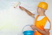 Pintores de casa con el rodillo de pintura — Foto de Stock