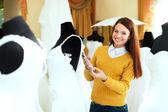 美しい花嫁のブライダル ガウンを選択します。 — ストック写真