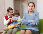 женщина и молодая мать с ребенком после ссоры — Стоковое фото