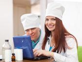 Lekarze z laptopa w klinice wnętrza — Zdjęcie stockowe