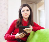 Woman reads e-reader or tablet computer — Stock Photo