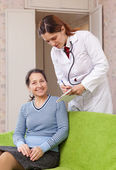 Doctor asks mature patient feels — Stock Photo