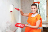 House painter paints wall — Zdjęcie stockowe