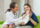 Dokter onderzoekende pasgeboren baby — Stockfoto