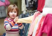 Dziewczynka wybiera ubrania — Zdjęcie stockowe