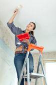 Kvinna målar tak — Stockfoto
