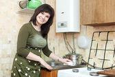 Mulher limpa a pia da cozinha — Foto Stock