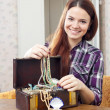 Happy woman with treasure chest — Stockfoto