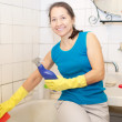 Mature womcleans bathtub — Stock Photo #25919205