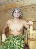 Человек в деревянной сауной — Стоковое фото