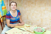 Woman making meat dumplings — Stockfoto
