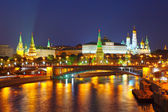 Kreml a moskva řeka Moskva v noci. Rusko — Stock fotografie