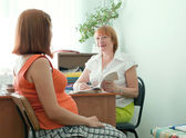Doctor and pregnant woman in clinic — Stock Photo