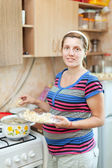 Pregnant woman cooking dumplings — Stock fotografie