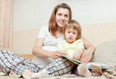 Pregnant woman and child reads book — Stock fotografie